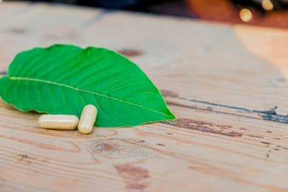 Kratom leaves and capsules