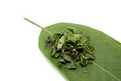 Kratom leaf and crushed leaves